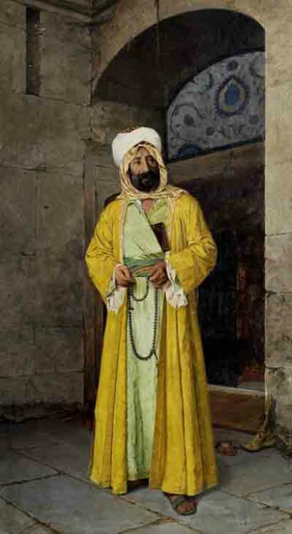 Cami Önünde Sarı Cübbeli Adam